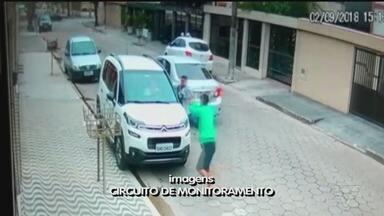Câmeras de monitoramento flagram assalto em São Vicente - Situação ocorreu no bairro Vila Valença. Quatro criminosos armados, acompanhados de uma adolescente, cometeram o crime.