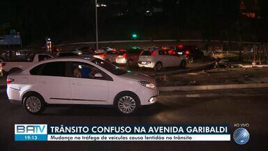 Trânsito: obra e mudança causam engarrafamento na Avenida Garibaldi - Fluxo de veículos ficou lento na região do monumento Clériston Andrade durante todo o dia.