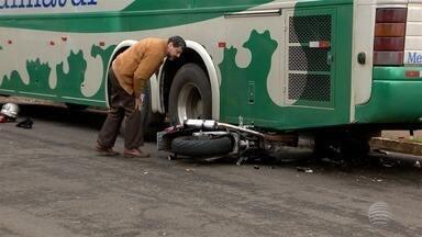 Motociclista morre após bater em ônibus em Dracena - Vítima chegou a ser socorrida, mas não resistiu.