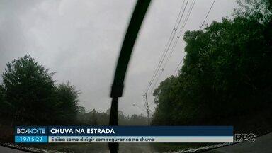 Policial dá dicas de como dirigir com segurança em dias de chuva - Com pista molhada, motoristas devem manter uma distância segura entre os veículos.