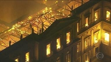 Em seis horas de incêndio, 90% do acervo do Museu Nacional se perdeu - Bombeiros reclamaram de falta de água e até a água do lago em frente foi usada na tentativa de apagar as chamas que consumiram o prédio.