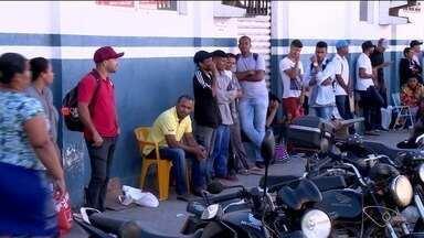 Desempregados formam fila gigante em frente ao Sine de Linhares, no ES - São pessoas em busca de emprego.