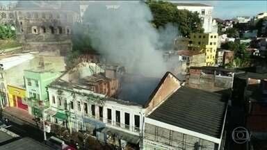 Incêndio atinge três casarões no centro histórico de Salvador - Prédios ficaram totalmente destruídos. Um homem, que morava no local, está desaparecido.