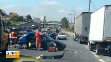 Acidente na Rodovia Anhanguera deixa um ferido, em Campinas - Carro e caminhão colidiram no sentido capital, na manhã desta quarta-feira (5).