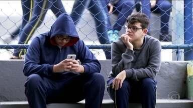 Jovens de 14 a 18 anos estão mais sedentários - A culpa é do celular. Para compensar, escolas estão pegando mais pesado nas atividades físicas