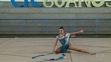 Maria Eduarda, de 16 anos, é veterana e inspiração na ginástica rítmica do estado - Atleta tem conquistado eventos dos quais participa com graça, leveza e talento