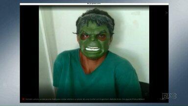 Homem usa máscara do Hulk para roubar em Engenheiro Beltrão - Dois homens estão presos suspeitos de cometer o roubo