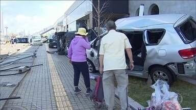 Tufão Jebi deixa 11 mortos no Japão e um rastro de destruição - Ventos fortes tombaram caminhões e carros nas estradas. Milhares de passageiros foram resgatados do aeroporto que ficou ilhado.