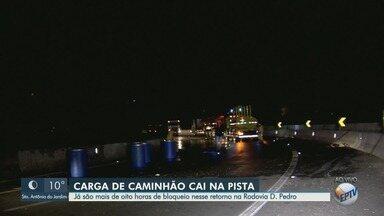 Carga de caminhão cai na pista e bloqueia trecho da Rodovia Dom Pedro em Sousas - Retorno no km 125, sentido Jacareí, está interditado há oito horas.