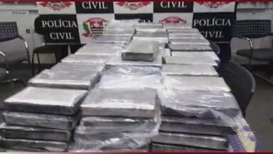 Dupla é presa com 145 kg de cocaína 'tipo exportação' mergulhados em tambores de óleo - Carregamento seria embarcado em um navio no Porto de Santos e seguiria para a Europa.