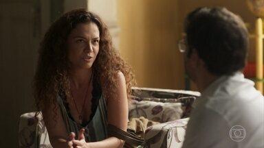 Selma convida Ionan para ser padrinho de seu filho - O irmão de Beto fica surpreso com o convite e fica aflito com o comportamento de Selma e Doralice