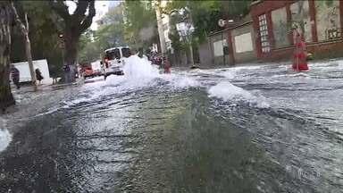 Rompimento de tubulação provoca grande vazamento de água em SP - Motoristas e pedestres ficaram assustados com a força da água.
