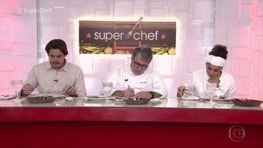 Jurados avaliam os pratos dos participantes do 'Super Chef Celebridades' - Rômulo Arantes Neto e os chefs Ariani Malouf e Roland Villard dão as notas e escolhem o melhor empratamento na prova de imunidade