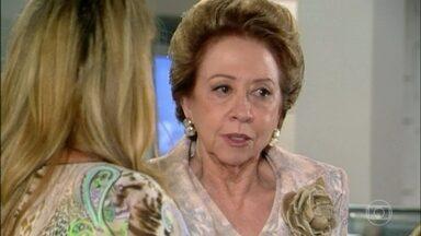 Bia fica sabendo que Vitória, Sabina e Tadeu sairam da academia - Bia chega na academia e surpreende Ornela com Mateus