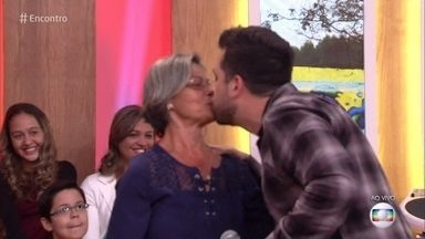 Maurício Meirelles dá beijo real em senhora da plateia - Jornalista diz que quer acabar com o a ideia de que só é possível se relacionar no mundo virtual