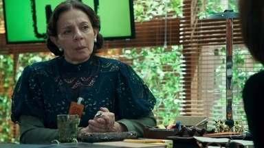 Agustina culpa Samuca por atitudes de Betina - A mãe de Marocas diz que Samuca é um 'abandonador de mulheres' e Carmen uma doidivanas. As duas não conseguem se entender