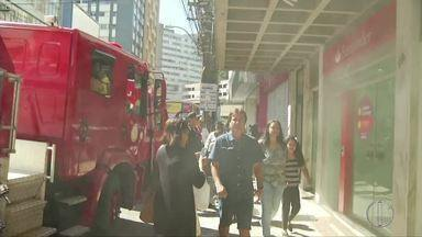Suspeita de incêndio em agência bancária mobiliza militares durante desfile em Petrópolis - Assista a seguir.