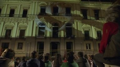 Estudantes que visitariam Museu Nacional conhecem obras perdidas através de projeções - Por uma noite, os tesouros perdidos ressurgiram diante de uma turma de alunos, na fachada do museu, que tinha mais de 20 milhões de itens.