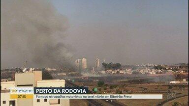 Incêndio em matagal atrapalha motoristas no Anel Viário Sul em Ribeirão Preto - Fumaça se alastrou pelos dois lados da rodovia, no sentido ao distrito Bonfim Paulista.