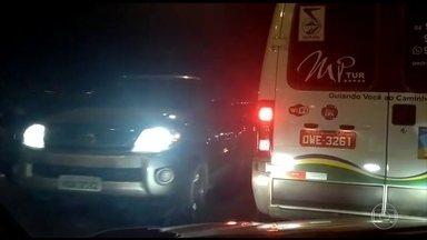 Motoristas e moradores enfrentam tiroteio na volta do feriado em Natal - Polícia militar trocou tiros com bandidos. Carros tiveram que voltar na contramão.