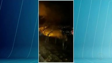 Bombeiros apagam incêndio no Pico da Ibituruna em Governador Valadares - Fogo começou no início da noite deste sábado e foi contido por volta das 23h; chamas começaram próximo à estrada de acesso pelo bairro Vila Isa, mas causas são desconhecidas.