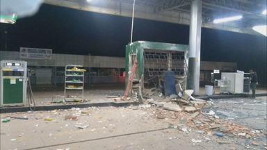 Bandidos usam explosivos para roubar cofre de posto de gasolina - Criminosos explodiram parte de um posto de gasolina na BR-251, na região agrícola de São Sebastião. Ninguém se feriu. A polícia investiga o caso.