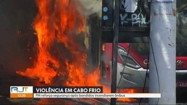 Ônibus incendiado em Cabo Frio - Bandidos atearam fogo antes das pessoas desembarcarem. Duas sofreram queimaduras, uma está em estado grave