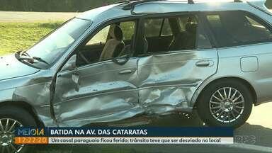 Carros batem na Avenida das Cataratas, em Foz, e duas pessoas ficam feridas - Casal paraguaio ficou ferido.