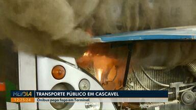 Ônibus pega fogo no Terminal Leste de Cascavel - Motorista conseguiu controlar as chamas com um extintor. Ninguém ficou ferido.