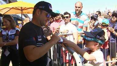 Fãs de automobilismo aproveitam Stock Car em Cascavel para ficar perto dos pilotos - Átila Abreu venceu a 8ª etapa do campeonato.