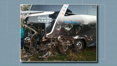 Duas pessoas morreram em acidente envolvendo ônibus de torcedores do Grêmio - Os passageiros eram de cidades no sudoeste do Paraná. Eles estavam a caminho do estádio Beira Rio, em Porto Alegre.