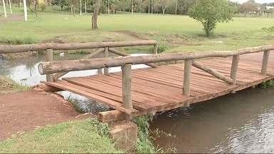 Ponte de lago de Dourados está danificada - A situação é perigosa para quem costuma frequentar o parque.