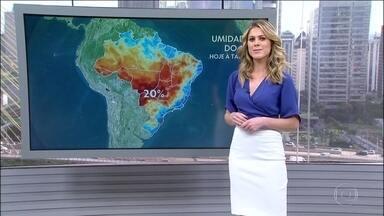 Tempo firme em boa parte do país eleva a temperatura e derruba a umidade do ar - A massa de ar seco se espalhou pela região central do país, no interior do Nordeste, no Centro-Oeste e em parte do Norte. No Sul, o destaque é a chuva persistente na faixa leste de Santa Catarina.
