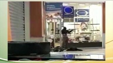 Quadrilha rouba joalheria dentro de shopping em Florianópolis - Na fuga, criminosos levaram dois reféns, que foram liberados no estacionamento do shopping.