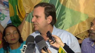 Eduardo Paes (DEM) faz campanha em Bonsucesso, no RJ - Assista a seguir.