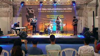 Fomento à cultura conta com voz e poesia no 12º Salão do Livro do Baixo Amazonas - Além de pesquisar e comprar livros, as pessoas podem participar dos momentos culturais durante o evento.