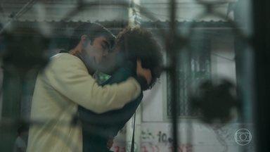 Dandara retribui o beijo de Hugo, depois reage indignada - Hugo vai atrás da adversária pedir desculpas pela confusão na escola. A galera fica chocada ao ver os rivais se beijando