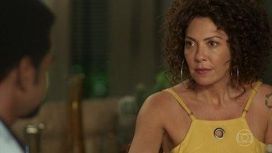 Cacau se surpreende ao ver Luzia na casa de Roberval - Ela desconfia das intenções do milionário ao ajudar sua irmã