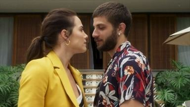Ícaro volta a morar com Laureta e Rosa fica com ciúme - Ele reata com a cafetina e troca farpas com a ex