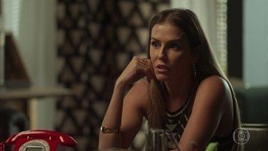 Karola desconfia de que Luzia esteja recebendo ajuda - A golpista teme a convivência de Ícaro e Rosa na casa de Laureta. A cafetina conta que Galdino chegou em casa todo machucado, mas afirma que não acredita na história que ele contou