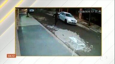 Sargento da PM mata a ex-mulher e depois se mata em Campinas (SP) - Inconformado com a separação, um sargento matou a ex-mulher. Logo depois, ele foi até a casa de um homem, que ele desconfiava ser o amante da vítima e atirou várias vezes. Em seguida, o sargento se matou.