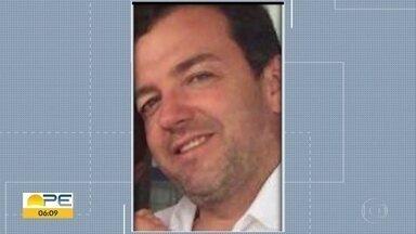 Moradores de Cachoeirinha, no Agreste, se despedem de secretário de Saúde que foi morto - Enterro ocorreu na quinta-feira (13) e reuniu parentes e amigos de Sílvio Romero, baleado no gabinete