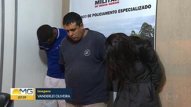 Três pessoas são presas suspeitas de tráfico de drogas em Itabirito - Os policiais desconfiaram do carro quando ele passou pelo posto da Polícia Militar Rodoviária, na BR-356.