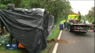 Caminhão que transportava combustível tomba na BR-277 - O vazamento de gasolina foi contido pela Defesa Civil.