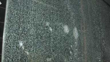 Ponto de ônibus é alvo de vândalos em Rio Preto - Um ponto de ônibus foi danificado na Avenida Bady Bassitt em São José do Rio Preto (SP). A parte de trás dele está com o vidro todo trincado. A principal suspeita é de que o ponto tenha sido vandalizado. Em nota a prefeitura informou que vai comunicar a empresa responsável para fazer o conserto.