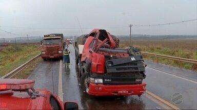 Nove pessoas ficam feridas em acidente em Dourados - Acidente foi na BR-463 e envolveu duas carretas e uma Van.
