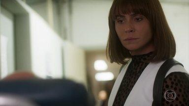 Luzia encontra Galdino muito machucado em posto de saúde - A DJ quer trazer o capanga da cafetina para o seu lado. Luzia oferece tratamento médico a Galdino, em troca dos segredos que o capataz sabe sobre Laureta