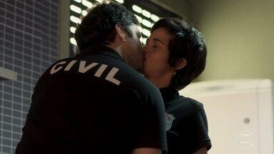 Ionan não resiste e beija Maura novamente - Os dois ficam constrangidos com a situação