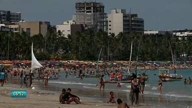 Após mutirão da limpeza realizado no domingo, lixo volta ser visto nas praias de Maceió - Trabalho de conscientização precisa ser mais efetivo.