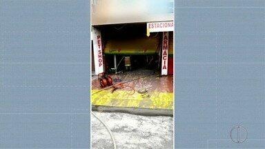 Loja de ração pega fogo em Teresópolis, no RJ - Assista a seguir.